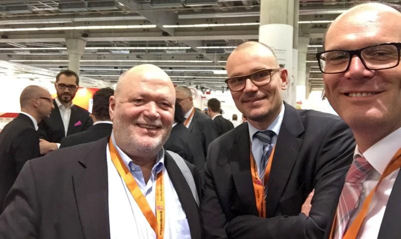 -> Michael Schiffner, Prof Dr. Markus Thomzik und Bernd Schlockermann nach einem regen Austausch über Trends in der Facility Management Branche.