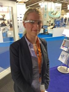 Sehr innovativ: Nathalie Jackwitz hat auf der Messe den mit einer App für Wartungs- und Instandsetzungsarbeiten erweiterten Prototyp der google glass entdeckt und gleich ausprobiert.