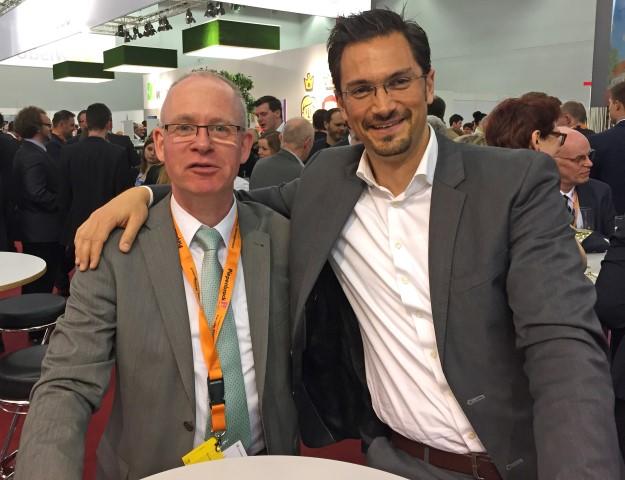"""Bernd Schlockermann tauschte sich im Rahmen des FM-Kongresses auch mit Peter Schmidt, Leiter des Facility Managements der Restaurantkette """"Nordsee"""", und Sam Rafati von der facility solutions GmbH (v.l.) aus."""